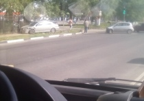 В Твери иномарка вылетела на тротуар после столкновения на перекрестке