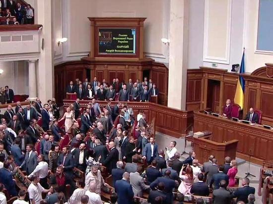 Депутата хватил удар после объявления о роспуске Рады
