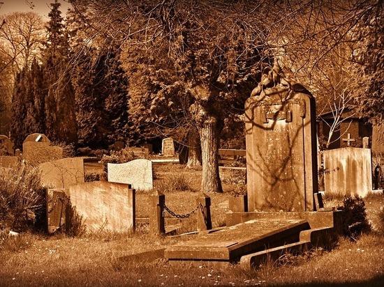 В Бурятии дети собирали с могил сладости и ломали посуду