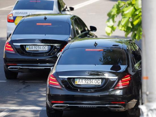 Зеленского в Раду сопровождали два Mercedes с одинаковыми номерами