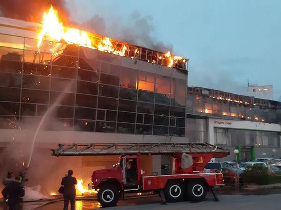 На пожаре в кемеровском автосалоне обошлось без пострадавших