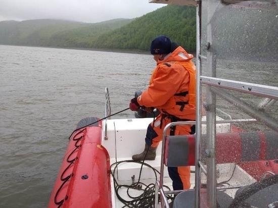 Выпавшего из лодки рыбака ищут в Хабаровском крае
