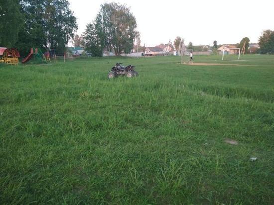 Подросток катался по футбольному полю на мотовездеходе и перевернулся
