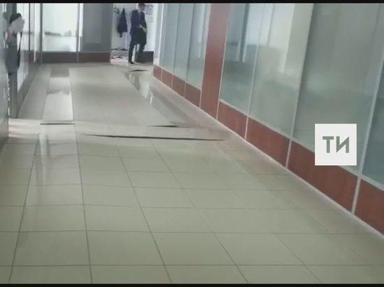 В Казани на верхнем этаже ТЦ «Сувар Плаза» треснул пол
