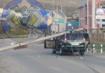 Бетонный столб упал на крышу внедорожника в Чите