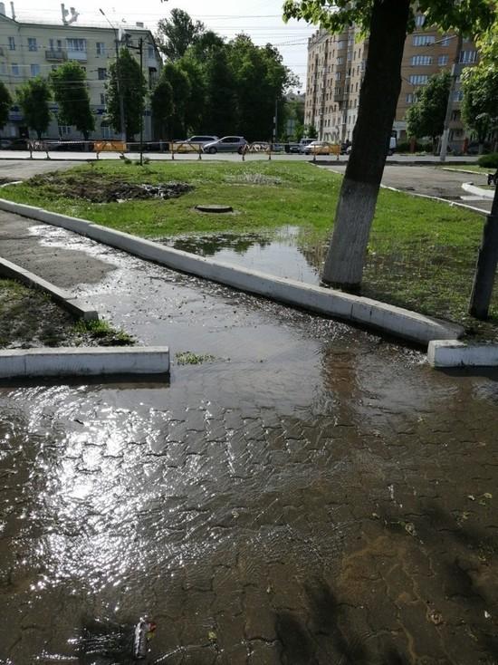 У бассейна ТулГУ затопило тротуары