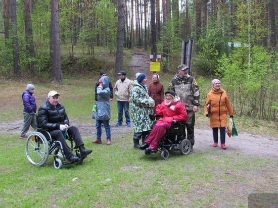 Инвалиды-колясочники протестировали спецоборудованную тропу в парке Бажовские места