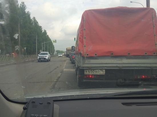 Из-за ремонтных работ на Суринском переезде в Ярославле выстроилась огромная пробка