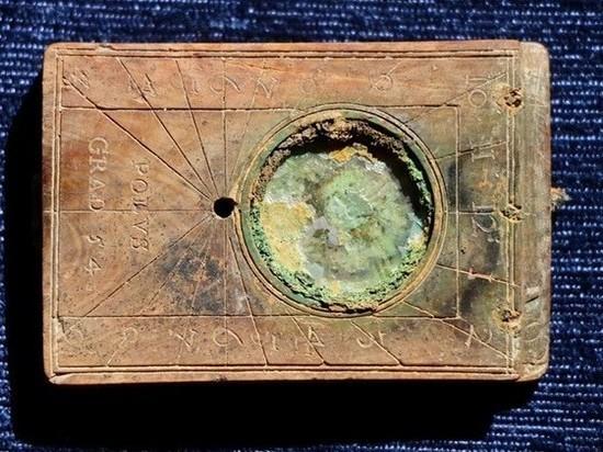 На раскопках у Нижнего озера нашлись солнечные часы XVI века