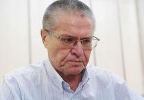 Слух о разводе Улюкаева пошел от визита нотариуса