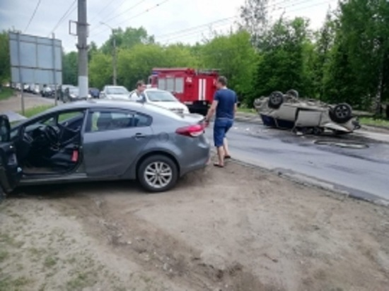 В Иванове от удара в ДТП «ВАЗ» перевернулся на крышу