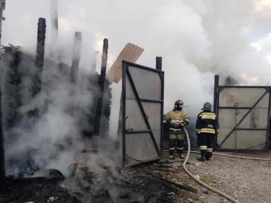 Баня, машина и жилой дом пострадали от огня в Иркутске