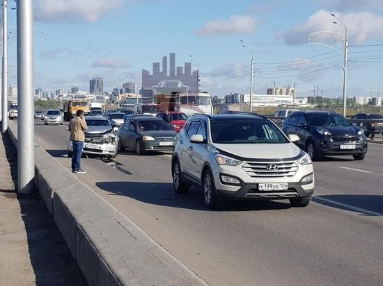 На Октябрьском мосту водитель с пивом врезался в попутку