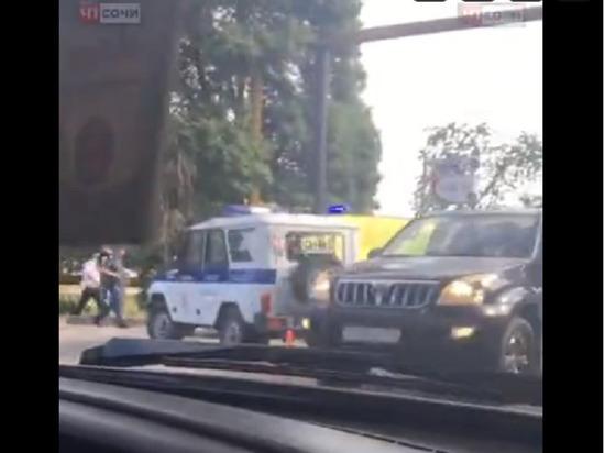 В Сочи УАЗ с ППС-никами сбил девушку на электроскутере