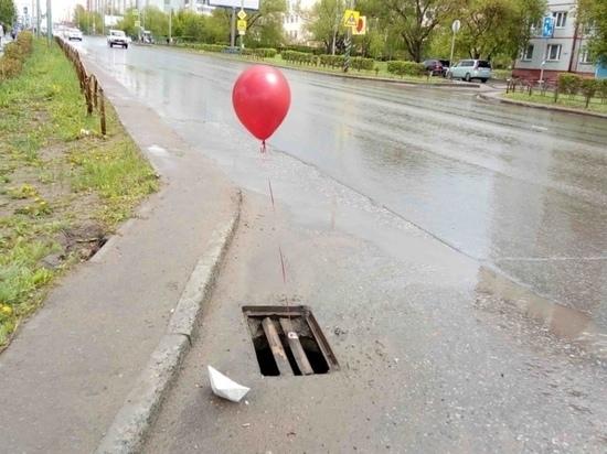 """В частности, они привязали к решеткам некоторых стоков красные воздушные шары, почти также как в книге Стивена Кинга """"Оно"""", где красный шар предшествовал появлению из канализации клоуна-монстра Пеннивайза, охотившегося за детьми"""