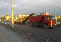 На Кузнечевском мосту Архангельска меняют асфальт