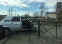 «Волга» врезалась в ограждение в Ноябрьске: двое пострадали