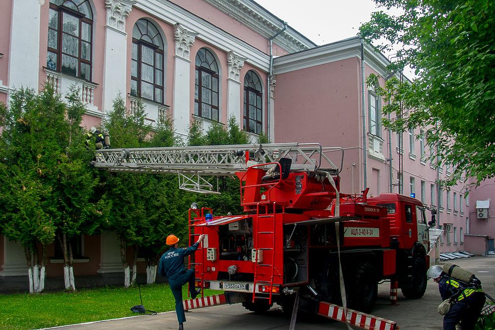 В известную тверскую библиотеку приехали пожарные подразделения