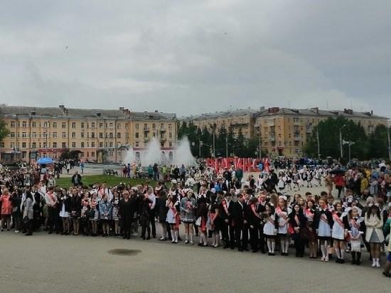 Рыбинские школьники отметили Последний звонок на главной площади города