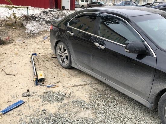 Honda припарковалась на детской песочнице в Ноябрьске