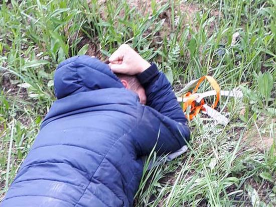Житель Тверской области попытался перекинуть телефоны через ограждение колонии