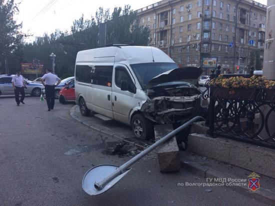 В центре Волгограда иномарка столкнулась с маршруткой: есть пострадавшие