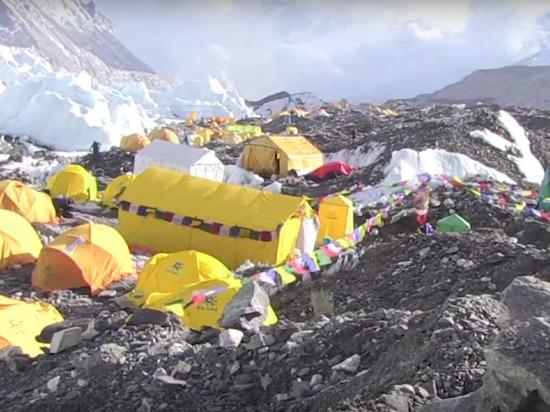 К вершине Эвереста выстроилась очередь из сотен альпинистов