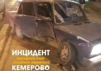 В Кемерове ВАЗ снёс столб после столкновения с другим автомобилем