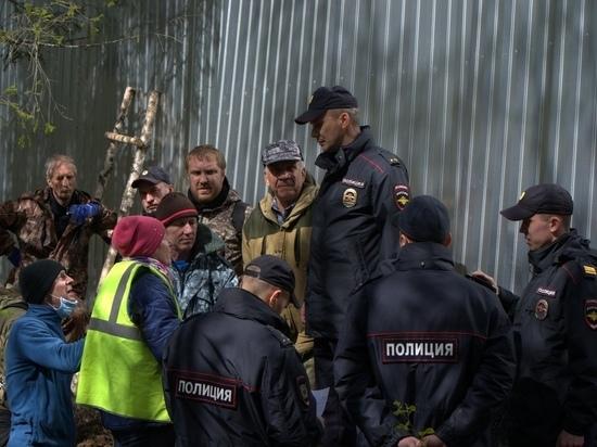 Ополчение на Шиесе демонтирует незаконно установленный забор: полиция охраняет помойку