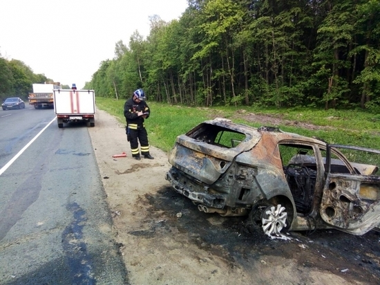 В сгоревшей иномарке пострадало три человека