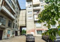 Кузбассовец выпал из окна многоэтажки и остался жив