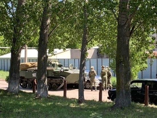 Боевая машина в Ульяновске снесла бок иномарке