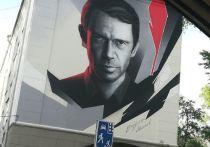 Портрет известного российского актера нарисовали на доме в Новокузнецке
