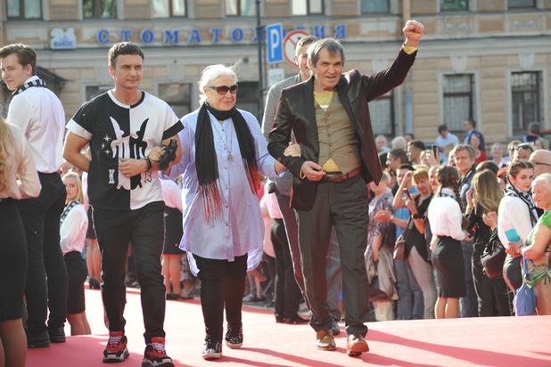 Владимира Меньшова заранее поздравили с юбилеем и подарили чемодан «Спасителя России»