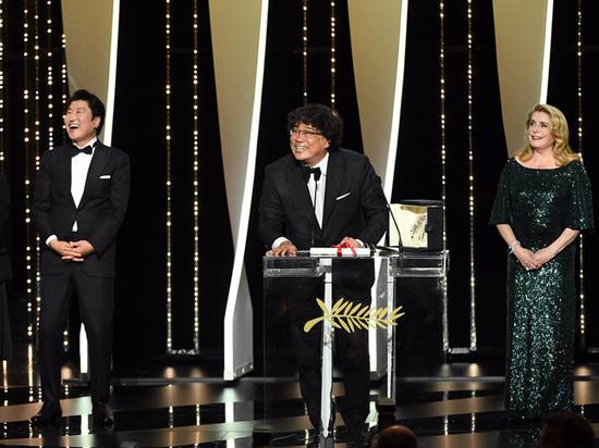 На каннском кинофестивале победил фильм «Паразиты», Тарантино получил собачий приз