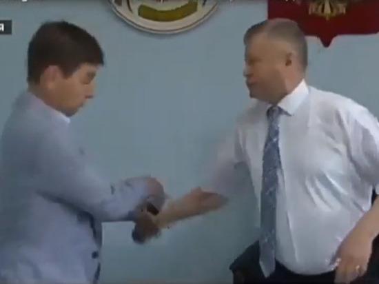 """В """"Единой России"""" извинились за нападение хакасского чиновника на журналиста"""