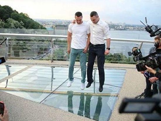 Кличко осмотрел треснувший стеклянный мост в Киеве