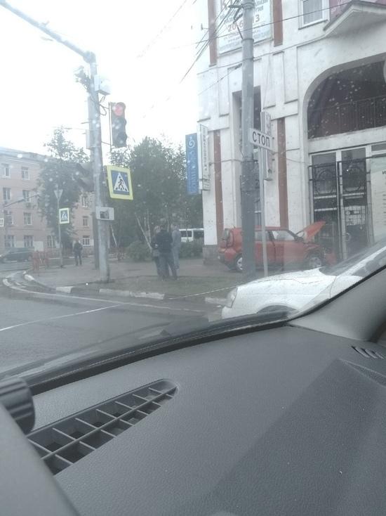 В Ярославле иномарка врезалась в торговый центр