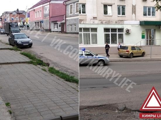 В Кимрах водитель иномарки забыл про ручник, и она въехала в отделение банка