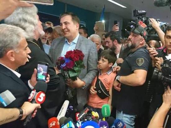 Саакашвили встретили в Киеве с бубнами и караваем