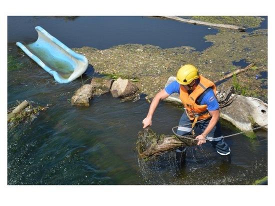 В Серпухове специалисты очистили гребень плотины на Наре