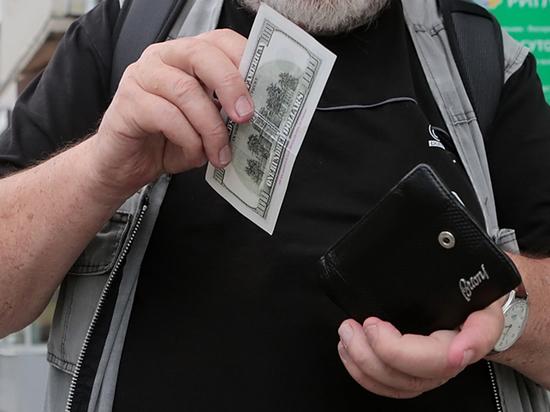 Россияне бросились скупать валюту: подстегнули инфляция и отпуска