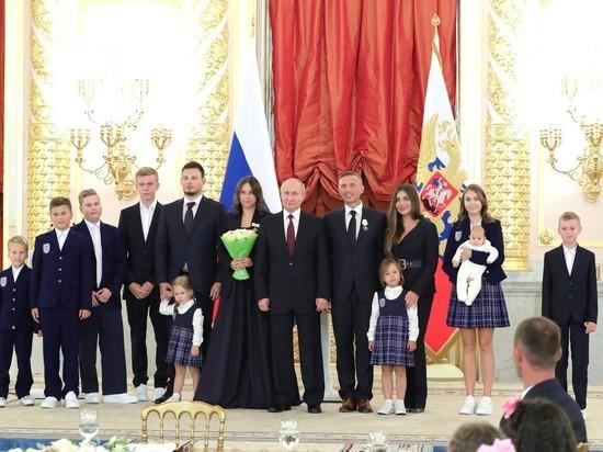 Путин наградил восемь многодетных семей орденами
