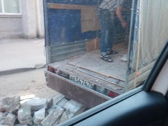 Ярославцы вынуждены самостоятельно ремонтировать дороги во дворах домов