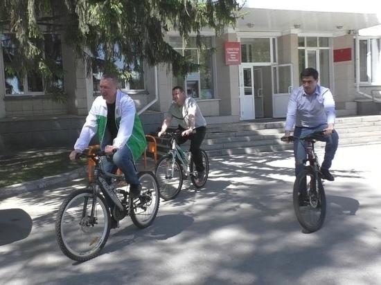 Новосибирские чиновники провели совещание на велосипедах