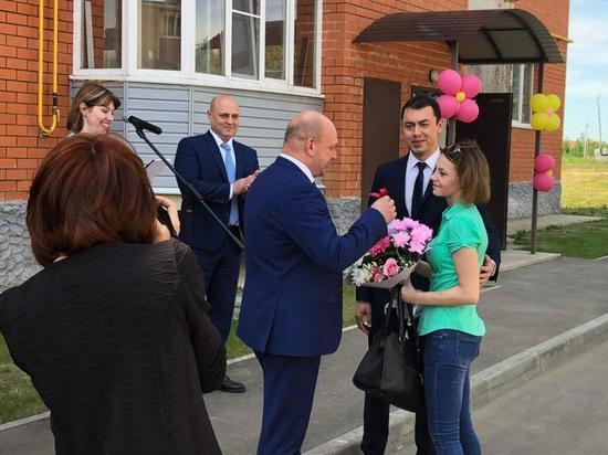 В Ярославской области пять детей-сирот получили ключи от новых квартир