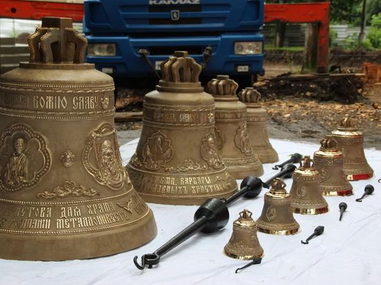 Девять колоколов установлены на строящийся в Железногорске храм Святой Великомученицы Варвары