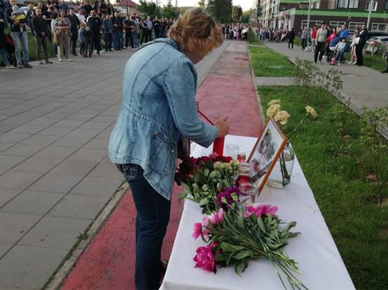 На месте убийства спецназовца ГРУ собрались сотни людей