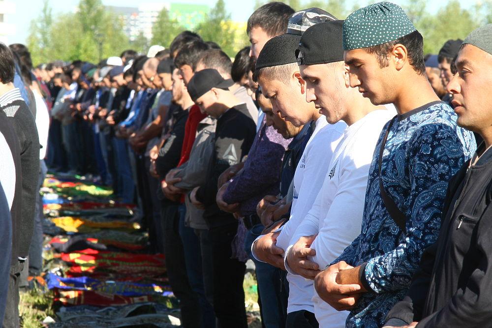Мусульмане Москвы массово празднуют Ураза-байрам 2019: спины и коврики