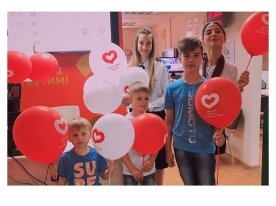 В Серпухове сотрудники МФЦ поздравили юных горожан